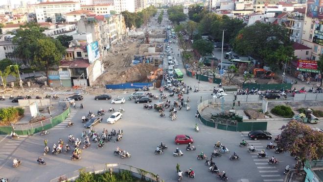 """Hà Nội: Giao thông ùn tắc, người đi bộ """"chặn đầu"""" xe buýt tại nút giao đang thi công đường vành đai 2,5 - ảnh 2"""