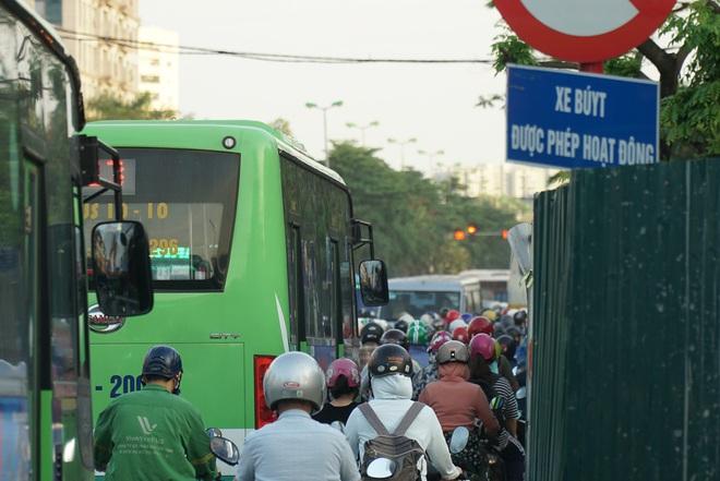 """Hà Nội: Giao thông ùn tắc, người đi bộ """"chặn đầu"""" xe buýt tại nút giao đang thi công đường vành đai 2,5 - ảnh 3"""