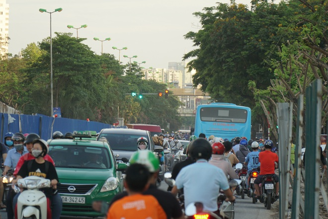 """Hà Nội: Giao thông ùn tắc, người đi bộ """"chặn đầu"""" xe buýt tại nút giao đang thi công đường vành đai 2,5 - ảnh 5"""