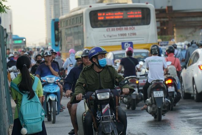 """Hà Nội: Giao thông ùn tắc, người đi bộ """"chặn đầu"""" xe buýt tại nút giao đang thi công đường vành đai 2,5 - ảnh 6"""