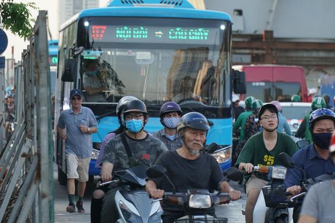 """Hà Nội: Giao thông ùn tắc, người đi bộ """"chặn đầu"""" xe buýt tại nút giao đang thi công đường vành đai 2,5 - ảnh 7"""