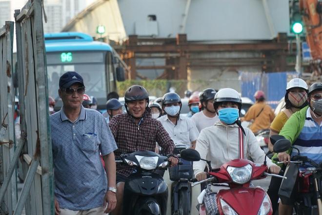 """Hà Nội: Giao thông ùn tắc, người đi bộ """"chặn đầu"""" xe buýt tại nút giao đang thi công đường vành đai 2,5 - ảnh 8"""
