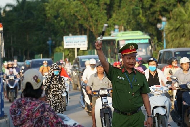 """Hà Nội: Giao thông ùn tắc, người đi bộ """"chặn đầu"""" xe buýt tại nút giao đang thi công đường vành đai 2,5 - ảnh 9"""