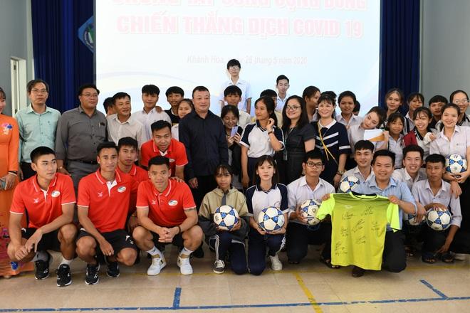 Hoàng Đức, Danh Trung cùng CLB Viettel tích cực làm từ thiện khi đến Khánh Hoà thi đấu - ảnh 2