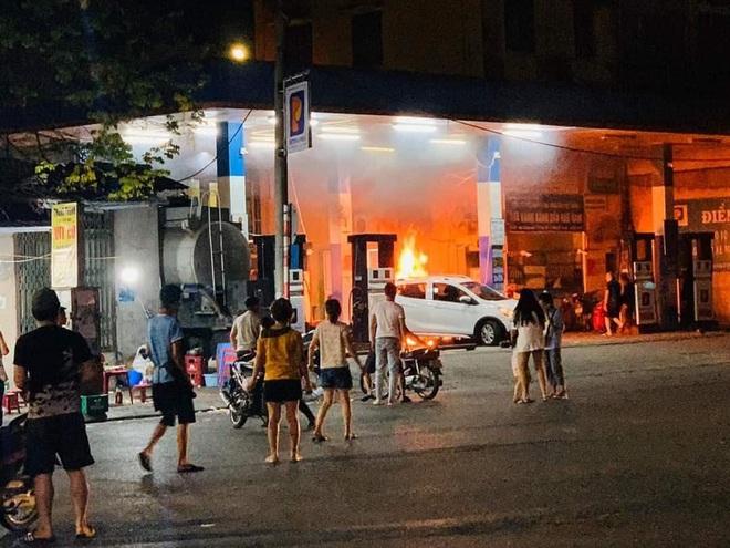 Hà Nội: Cháy lớn tại cây xăng Hào Nam lúc nửa đêm, người dân la hét, hô hào dập lửa - ảnh 1
