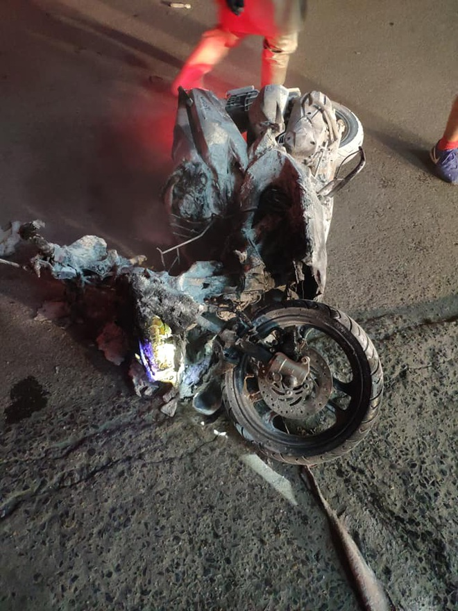 Hà Nội: Cháy lớn tại cây xăng Hào Nam lúc nửa đêm, người dân la hét, hô hào dập lửa - ảnh 3