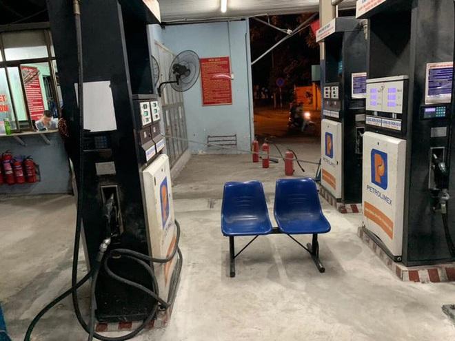 Bồn chứa còn 20 ngàn lít, cây xăng ở Hà Nội vẫn từ chối bán vì hết hàng - Ảnh 1.