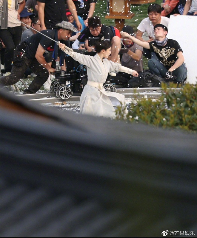 Dương Mịch đi đường quyền siêu đỉnh ở hậu trường phim, netizen cà khịa: Xem mà tưởng Phù Dao năm nào cơ! - ảnh 6