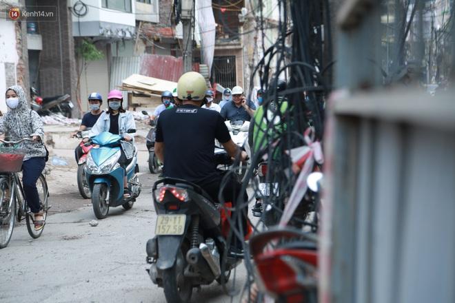 Ảnh: Cận cảnh tuyến phố mạng nhện tử thần khiến người đi đường thót tim ở Hà Nội - ảnh 15