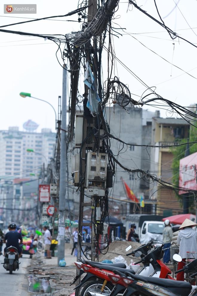 Ảnh: Cận cảnh tuyến phố mạng nhện tử thần khiến người đi đường thót tim ở Hà Nội - ảnh 6
