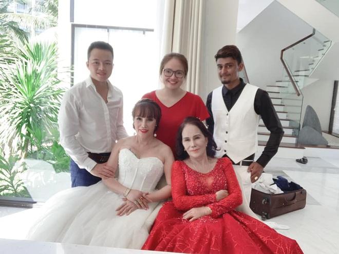 Sau 1 tuần nâng mũi, cô dâu 62 tuổi tự tin chụp hình cưới cùng cô dâu 65 tuổi ở Đà Nẵng khiến nhiều người xôn xao - ảnh 3
