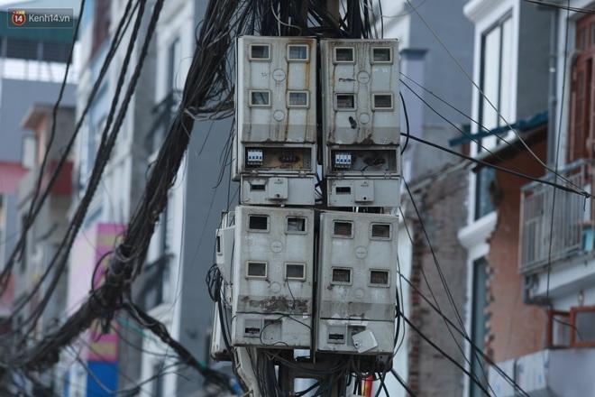 Ảnh: Cận cảnh tuyến phố mạng nhện tử thần khiến người đi đường thót tim ở Hà Nội - ảnh 7