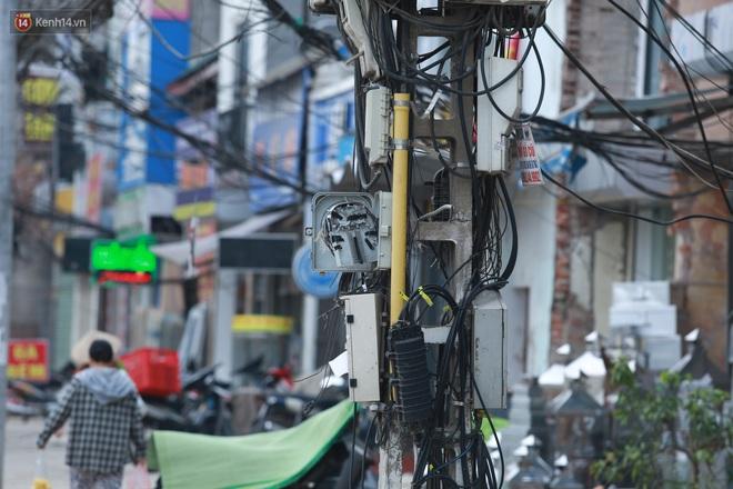 Ảnh: Cận cảnh tuyến phố mạng nhện tử thần khiến người đi đường thót tim ở Hà Nội - ảnh 8