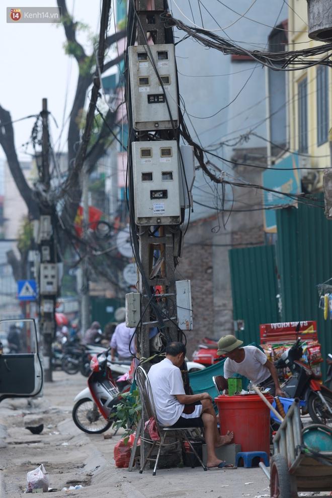 Ảnh: Cận cảnh tuyến phố mạng nhện tử thần khiến người đi đường thót tim ở Hà Nội - ảnh 13