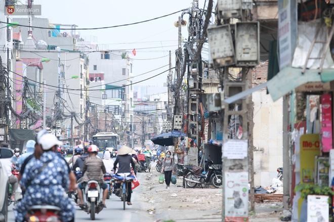 Ảnh: Cận cảnh tuyến phố mạng nhện tử thần khiến người đi đường thót tim ở Hà Nội - ảnh 16