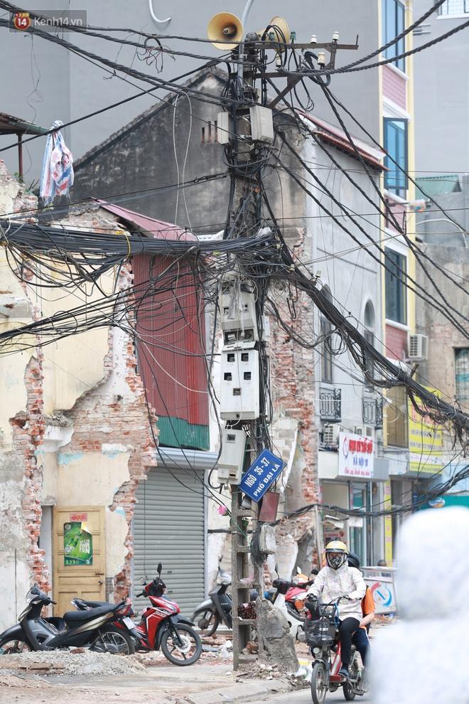 Ảnh: Cận cảnh tuyến phố mạng nhện tử thần khiến người đi đường thót tim ở Hà Nội - ảnh 10