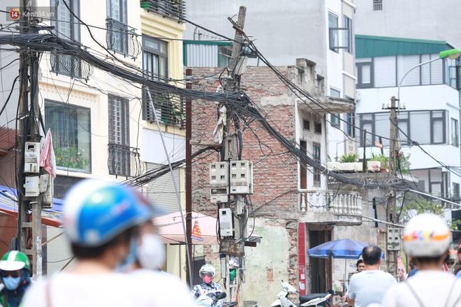 Ảnh: Cận cảnh tuyến phố mạng nhện tử thần khiến người đi đường thót tim ở Hà Nội - ảnh 11
