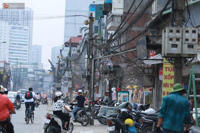 Ảnh: Cận cảnh tuyến phố mạng nhện tử thần khiến người đi đường thót tim ở Hà Nội - ảnh 3