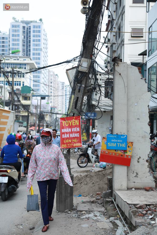 Ảnh: Cận cảnh tuyến phố mạng nhện tử thần khiến người đi đường thót tim ở Hà Nội - ảnh 17