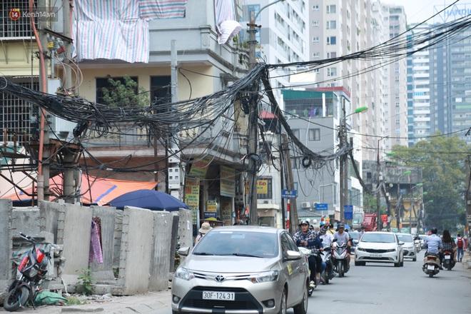Ảnh: Cận cảnh tuyến phố mạng nhện tử thần khiến người đi đường thót tim ở Hà Nội - ảnh 18