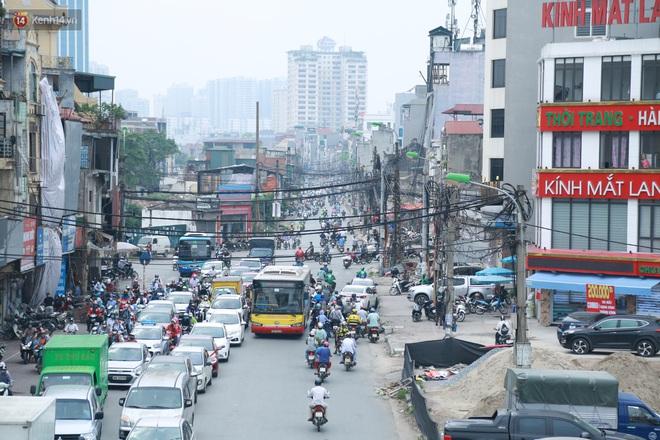 Ảnh: Cận cảnh tuyến phố mạng nhện tử thần khiến người đi đường thót tim ở Hà Nội - ảnh 1