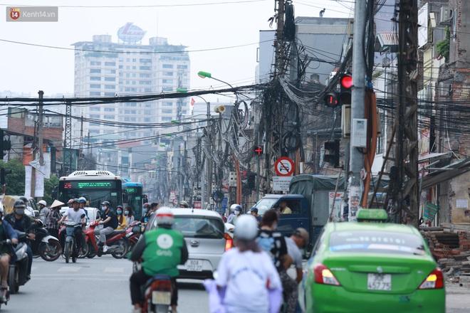 Ảnh: Cận cảnh tuyến phố mạng nhện tử thần khiến người đi đường thót tim ở Hà Nội - ảnh 2