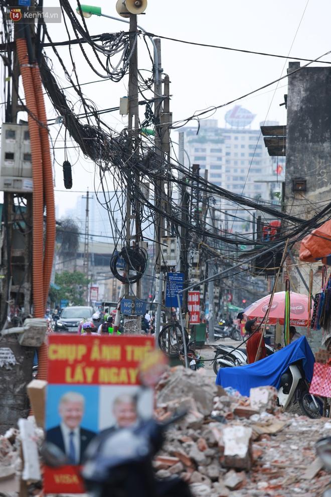 Ảnh: Cận cảnh tuyến phố mạng nhện tử thần khiến người đi đường thót tim ở Hà Nội - ảnh 5