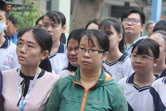 Trời lất phất mưa trong buổi đến trường cuối cùng của cậu học sinh lớp 6, hàng trăm người xót xa tiễn em về cõi vĩnh hằng - ảnh 17