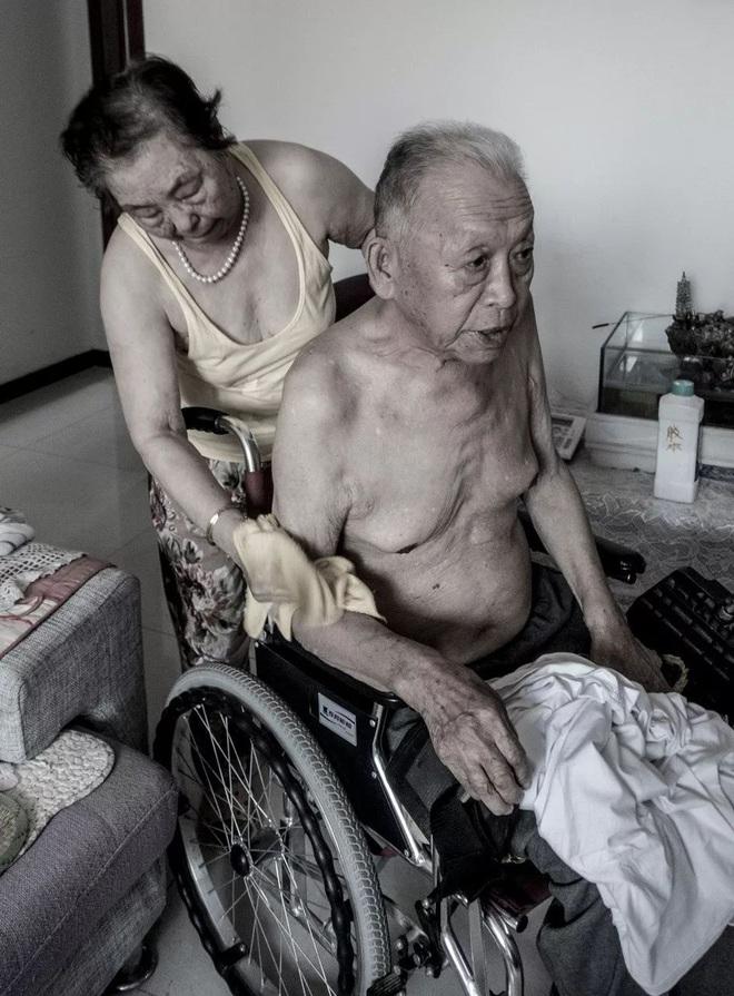 Bức ảnh khiến hàng tỷ người rơi lệ: Từ đôi thanh mai trúc mã trở thành vợ chồng và nụ hôn động viên tạo nên kỳ tích cho người đang nguy kịch - Ảnh 4.