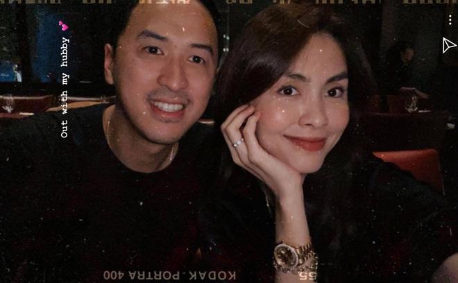 Lâu lắm rồi mới thấy Hà Tăng đăng ảnh bên ông xã đại gia: Sau hơn 10 năm yêu vẫn giản dị và ngọt ngào quá! - ảnh 1