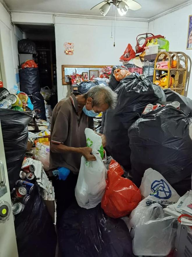 Người đàn ông nhịn đói, uống nước cầm hơi để dành tiền nuôi mẹ già sau khi bị mất việc trong dịch Covid-19 khiến cộng đồng mạng rơi nước mắt - ảnh 1