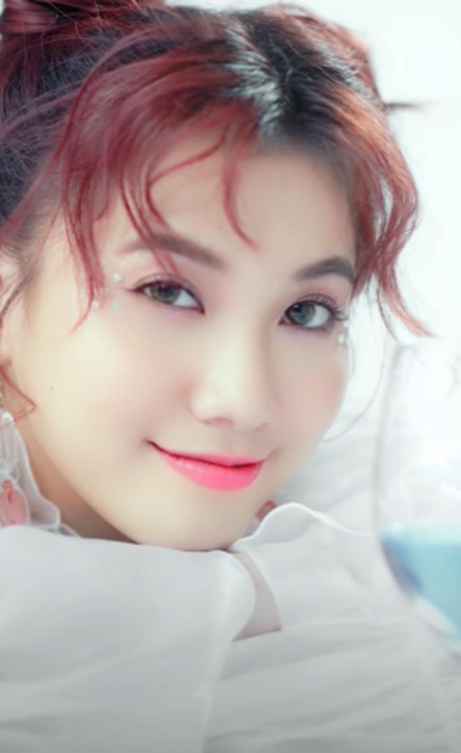Nguyễn Trần Trung Quân đầy u ất và tâm trạng trong bản ballad tên dài 10 chữ; Emma trở lại với MV dạng dọc đáng yêu nhưng nghe... na ná Simple Love - ảnh 1