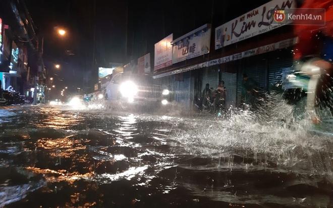 Ảnh: Nhiều tuyến phố Sài Gòn ngập sâu sau trận mưa lớn, người dân chật vật di chuyển về nhà trong đêm - ảnh 1