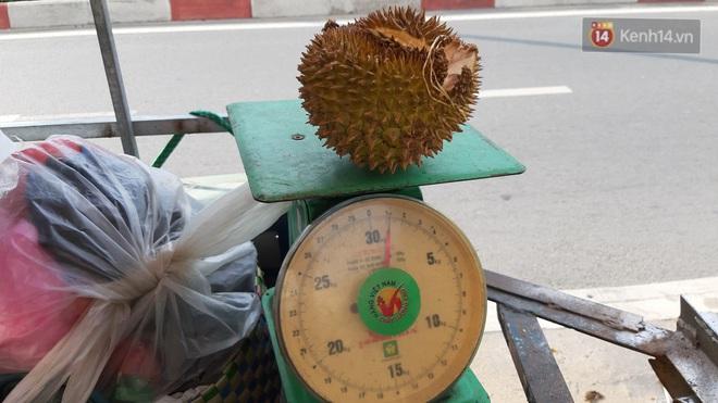 Sầu riêng bao ăn chất đống khắp vỉa hè Sài Gòn với giá siêu rẻ chỉ 50.000 đồng/kg: Gặp hạn mặn nên bán được đồng nào hay đồng đó! - ảnh 2