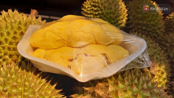 Sầu riêng bao ăn chất đống khắp vỉa hè Sài Gòn với giá siêu rẻ chỉ 50.000 đồng/kg: Gặp hạn mặn nên bán được đồng nào hay đồng đó! - ảnh 10