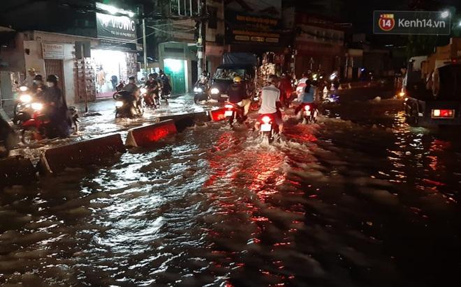 Ảnh: Nhiều tuyến phố Sài Gòn ngập sâu sau trận mưa lớn, người dân chật vật di chuyển về nhà trong đêm - ảnh 9
