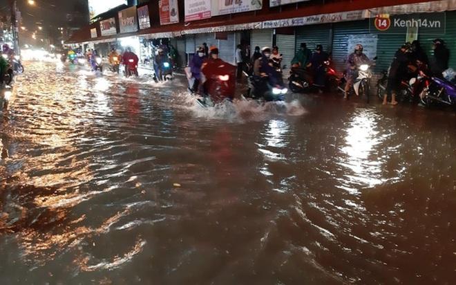 Ảnh: Nhiều tuyến phố Sài Gòn ngập sâu sau trận mưa lớn, người dân chật vật di chuyển về nhà trong đêm - ảnh 2