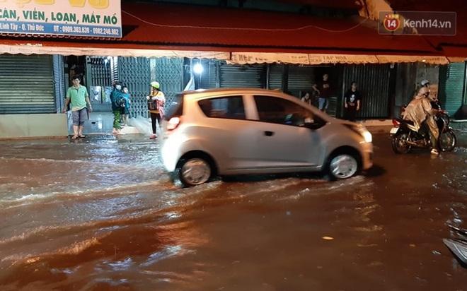 Ảnh: Nhiều tuyến phố Sài Gòn ngập sâu sau trận mưa lớn, người dân chật vật di chuyển về nhà trong đêm - ảnh 4
