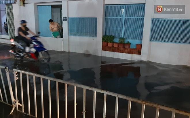 Ảnh: Nhiều tuyến phố Sài Gòn ngập sâu sau trận mưa lớn, người dân chật vật di chuyển về nhà trong đêm - ảnh 13