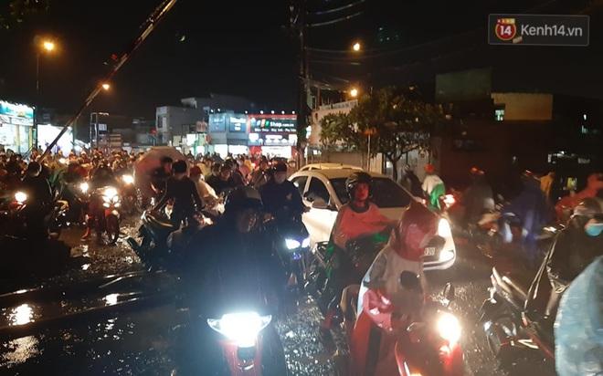 Ảnh: Nhiều tuyến phố Sài Gòn ngập sâu sau trận mưa lớn, người dân chật vật di chuyển về nhà trong đêm - ảnh 10