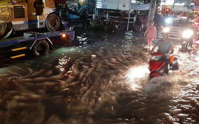 Ảnh: Nhiều tuyến phố Sài Gòn ngập sâu sau trận mưa lớn, người dân chật vật di chuyển về nhà trong đêm - ảnh 15