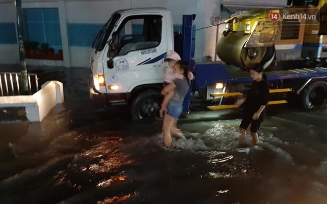 Ảnh: Nhiều tuyến phố Sài Gòn ngập sâu sau trận mưa lớn, người dân chật vật di chuyển về nhà trong đêm - ảnh 14
