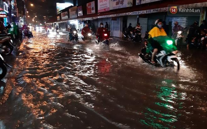 Ảnh: Nhiều tuyến phố Sài Gòn ngập sâu sau trận mưa lớn, người dân chật vật di chuyển về nhà trong đêm - ảnh 5