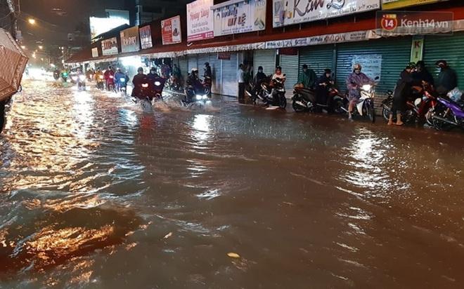 Ảnh: Nhiều tuyến phố Sài Gòn ngập sâu sau trận mưa lớn, người dân chật vật di chuyển về nhà trong đêm - ảnh 6