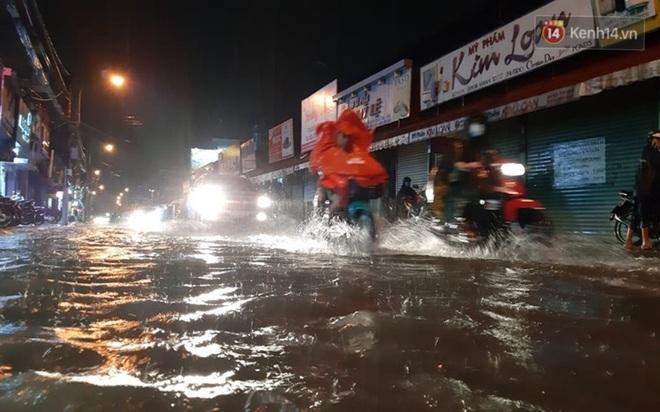 Ảnh: Nhiều tuyến phố Sài Gòn ngập sâu sau trận mưa lớn, người dân chật vật di chuyển về nhà trong đêm - ảnh 7