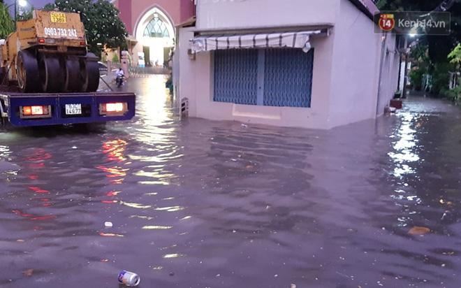 Ảnh: Nhiều tuyến phố Sài Gòn ngập sâu sau trận mưa lớn, người dân chật vật di chuyển về nhà trong đêm - ảnh 11