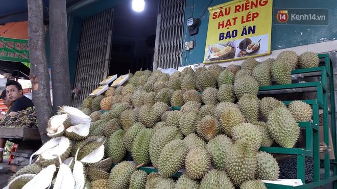Sầu riêng bao ăn chất đống khắp vỉa hè Sài Gòn với giá siêu rẻ chỉ 50.000 đồng/kg: Gặp hạn mặn nên bán được đồng nào hay đồng đó! - ảnh 5