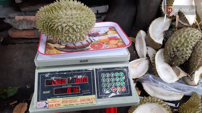 Sầu riêng bao ăn chất đống khắp vỉa hè Sài Gòn với giá siêu rẻ chỉ 50.000 đồng/kg: Gặp hạn mặn nên bán được đồng nào hay đồng đó! - ảnh 6