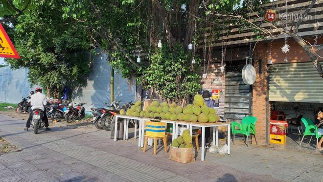 Sầu riêng bao ăn chất đống khắp vỉa hè Sài Gòn với giá siêu rẻ chỉ 50.000 đồng/kg: Gặp hạn mặn nên bán được đồng nào hay đồng đó! - ảnh 7
