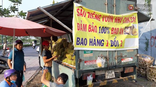 Sầu riêng bao ăn chất đống khắp vỉa hè Sài Gòn với giá siêu rẻ chỉ 50.000 đồng/kg: Gặp hạn mặn nên bán được đồng nào hay đồng đó! - ảnh 8
